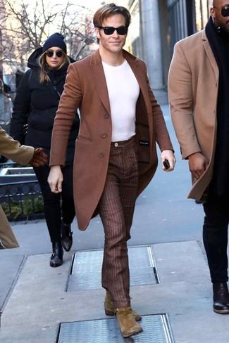 Cómo combinar: botines chelsea de ante verde oliva, pantalón de vestir de rayas verticales marrón, camiseta con cuello circular blanca, abrigo largo marrón