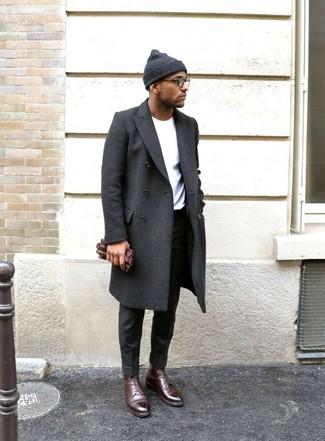 Combinar un pantalón de vestir en gris oscuro: Equípate un abrigo largo en gris oscuro junto a un pantalón de vestir en gris oscuro para un perfil clásico y refinado. Botas formales de cuero burdeos son una opción inmejorable para complementar tu atuendo.