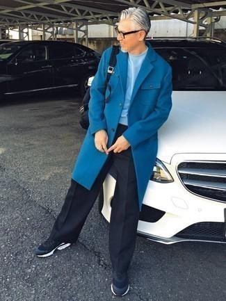 Outfits hombres en clima frío: Emparejar un abrigo largo azul junto a un pantalón de vestir negro es una opción excelente para una apariencia clásica y refinada. ¿Quieres elegir un zapato informal? Haz deportivas azul marino tu calzado para el día.