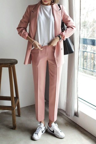 Cómo combinar: tenis de cuero blancos, pantalón de vestir rosado, camiseta con cuello circular blanca, blazer cruzado rosado