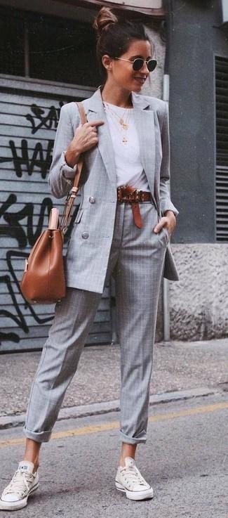 Cómo combinar: tenis blancos, pantalón de vestir de tartán gris, camiseta con cuello circular blanca, blazer cruzado a cuadros gris
