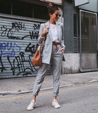 Cómo combinar: tenis de lona blancos, pantalón de vestir de tartán gris, camiseta con cuello circular blanca, blazer cruzado a cuadros gris