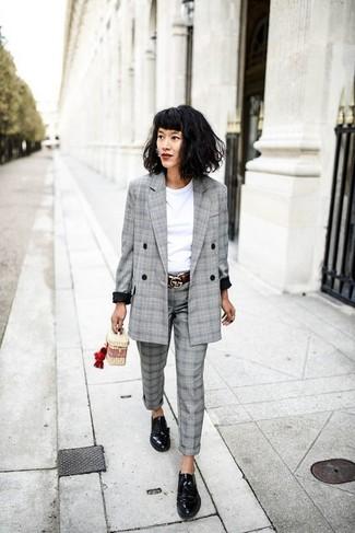 Cómo combinar: zapatos derby de cuero negros, pantalón de vestir de tartán gris, camiseta con cuello circular blanca, blazer cruzado de tartán gris
