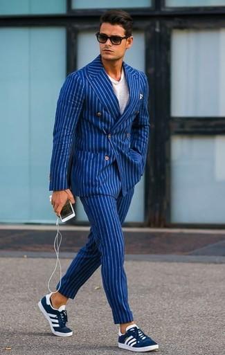 Cómo combinar: tenis de ante azul marino, pantalón de vestir de rayas verticales azul, camiseta con cuello circular blanca, blazer cruzado de rayas verticales azul