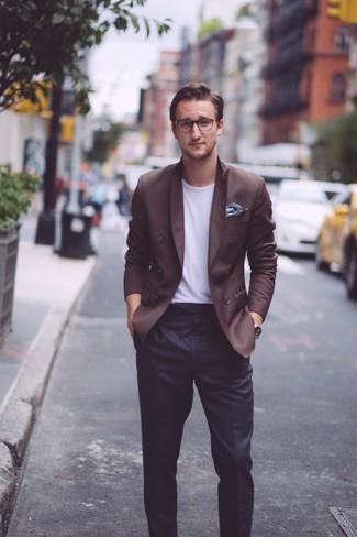 Cómo combinar: pañuelo de bolsillo con print de flores azul marino, pantalón de vestir negro, camiseta con cuello circular blanca, blazer cruzado en marrón oscuro