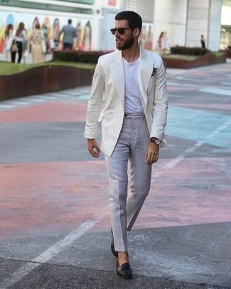Combinar un blazer cruzado en beige estilo casual elegante: Ponte un blazer cruzado en beige y un pantalón de vestir gris para un perfil clásico y refinado. Para el calzado ve por el camino informal con mocasín de cuero negro.