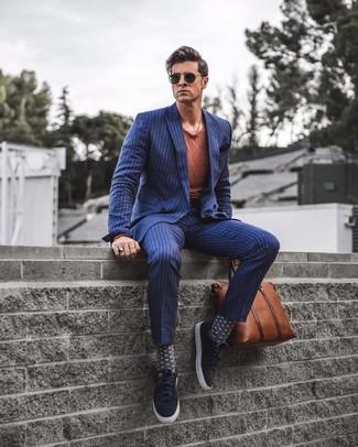 Cómo combinar: mocasín con borlas de ante negro, pantalón de vestir de rayas verticales azul marino, camiseta con cuello circular en tabaco, blazer cruzado de rayas verticales azul marino