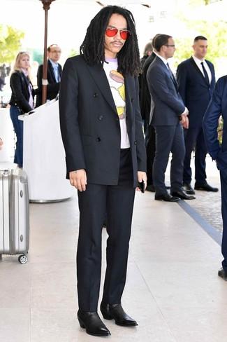 Cómo combinar: botines chelsea de cuero negros, pantalón de vestir negro, camiseta con cuello circular estampada blanca, blazer cruzado negro