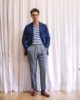 Cómo combinar: mocasín de cuero marrón, pantalón de vestir de lana gris, camiseta con cuello circular de rayas horizontales en blanco y azul marino, blazer cruzado de lana azul marino