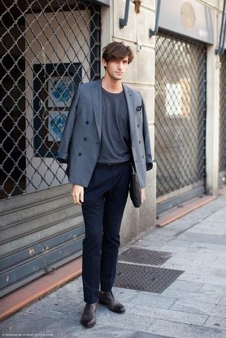 Combinar un pañuelo de bolsillo a lunares en negro y blanco: Casa un blazer cruzado gris junto a un pañuelo de bolsillo a lunares en negro y blanco para un almuerzo en domingo con amigos. Zapatos brogue de cuero en marrón oscuro son una forma sencilla de mejorar tu look.