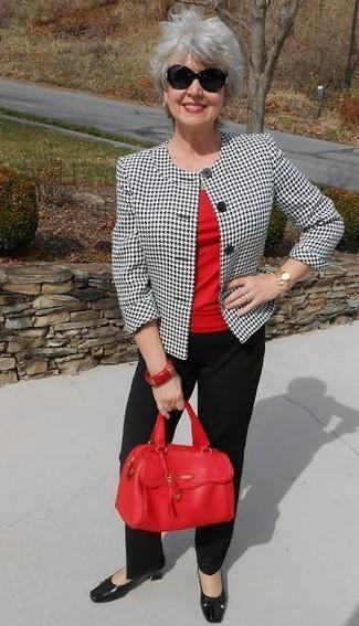 Cómo combinar: zapatos de tacón de cuero negros, pantalón de vestir negro, camiseta con cuello circular roja, blazer de pata de gallo en blanco y negro