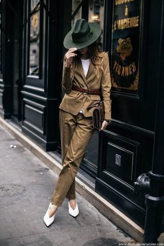 Combinar un blazer marrón claro: Elige un blazer marrón claro y un pantalón de vestir marrón claro para el after office. Zapatos de tacón de cuero blancos son una opción práctica para complementar tu atuendo.
