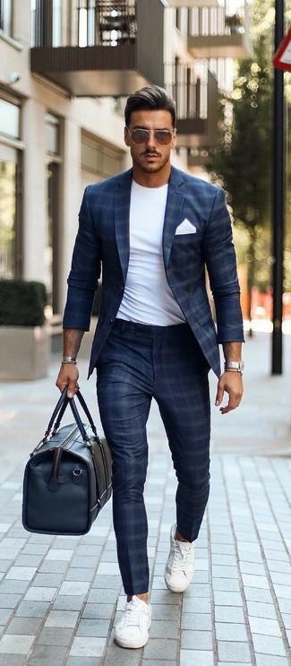 Cómo combinar: tenis de lona blancos, pantalón de vestir a cuadros azul marino, camiseta con cuello circular blanca, blazer a cuadros azul marino