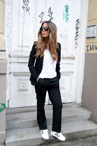 Cómo combinar: tenis de cuero blancos, pantalón de vestir negro, camiseta con cuello circular blanca, blazer negro
