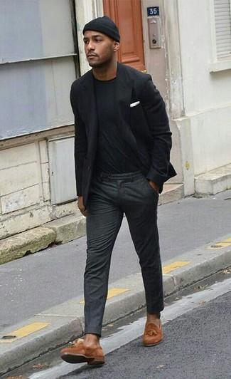Cómo combinar: mocasín con borlas de ante en tabaco, pantalón de vestir de lana en gris oscuro, camiseta con cuello circular negra, blazer negro