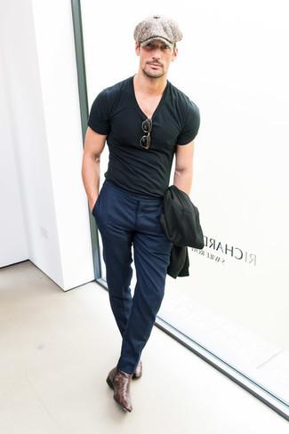 Cómo combinar: botines chelsea de cuero en marrón oscuro, pantalón de vestir azul marino, camiseta con cuello circular negra, blazer negro