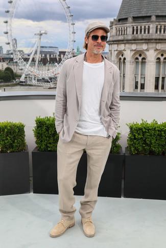 Cómo combinar: zapatos derby de ante marrón claro, pantalón de vestir de lino en beige, camiseta con cuello circular blanca, blazer de lino gris