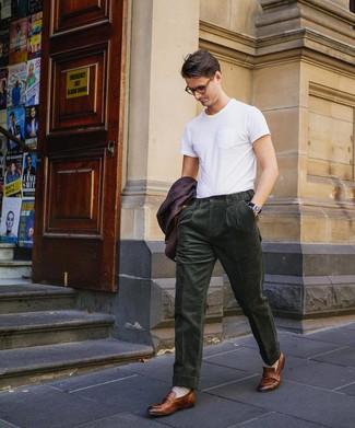 Cómo combinar: mocasín de cuero marrón, pantalón de vestir de pana verde oscuro, camiseta con cuello circular blanca, blazer morado oscuro