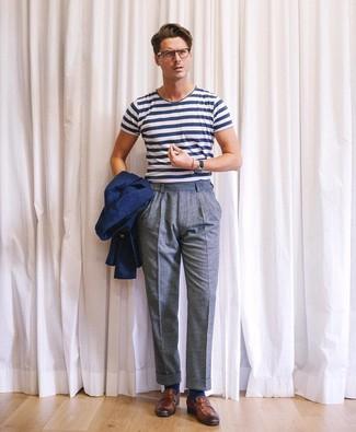 Cómo combinar: mocasín de cuero marrón, pantalón de vestir de lana azul, camiseta con cuello circular de rayas horizontales en blanco y azul marino, blazer azul marino
