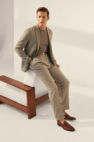 Combinar un pantalón de vestir marrón claro: Emparejar un blazer gris junto a un pantalón de vestir marrón claro es una opción perfecta para una apariencia clásica y refinada. Mocasín de cuero marrón son una opción perfecta para completar este atuendo.