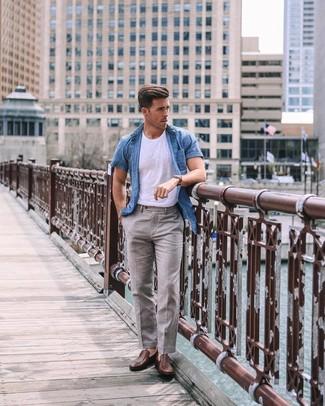 Cómo combinar: mocasín de cuero marrón, pantalón de vestir de lino gris, camiseta con cuello circular blanca, camisa de manga corta de cambray azul