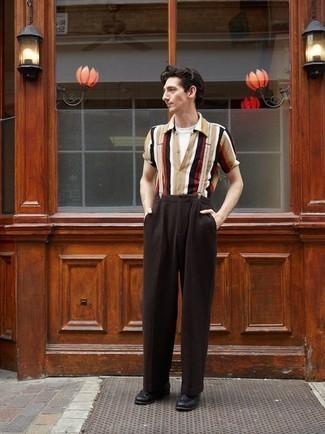 Combinar unos tirantes: Emparejar una camisa de manga corta de rayas verticales marrón claro junto a unos tirantes es una opción estupenda para el fin de semana. Elige un par de mocasín de cuero negro para mostrar tu inteligencia sartorial.