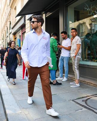 Cómo combinar: tenis blancos, pantalón de vestir marrón, camiseta con cuello circular blanca, camisa de manga larga de rayas verticales celeste