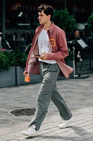 Combinar un pantalón de vestir a cuadros gris: Ponte una camisa de manga larga de cambray roja y un pantalón de vestir a cuadros gris para crear un estilo informal elegante. Si no quieres vestir totalmente formal, opta por un par de tenis de cuero blancos.