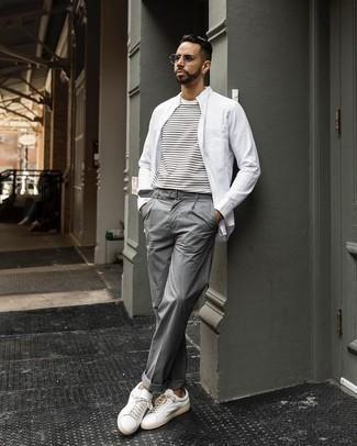 Outfits hombres en clima cálido: Emparejar una camisa de manga larga blanca junto a un pantalón de vestir gris es una opción incomparable para una apariencia clásica y refinada. Mezcle diferentes estilos con tenis de cuero blancos.