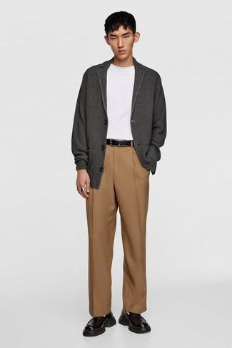 Combinar una camiseta: Si buscas un look en tendencia pero clásico, considera emparejar una camiseta con un pantalón de vestir marrón claro. Con el calzado, sé más clásico y complementa tu atuendo con mocasín de cuero negro.