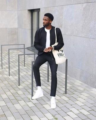 Cómo combinar: tenis de cuero blancos, pantalón de vestir negro, camiseta con cuello circular blanca, cazadora de aviador negra