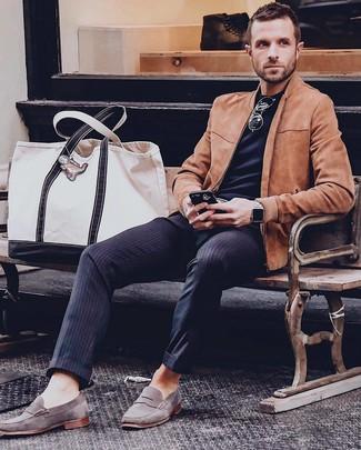 Cómo combinar: mocasín de ante gris, pantalón de vestir de rayas verticales azul marino, camiseta con cuello circular negra, cazadora de aviador de ante en tabaco