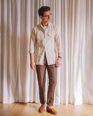 Cómo combinar: mocasín de ante en tabaco, pantalón de vestir marrón, camiseta con cuello circular blanca, chaqueta campo de lino en beige