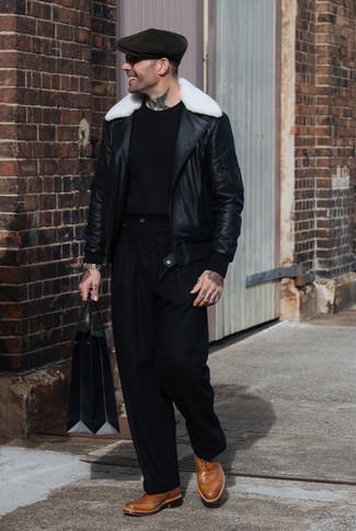 Cómo combinar: zapatos brogue de cuero marrón claro, pantalón de vestir negro, camiseta con cuello circular negra, chaqueta de piel de oveja en negro y blanco