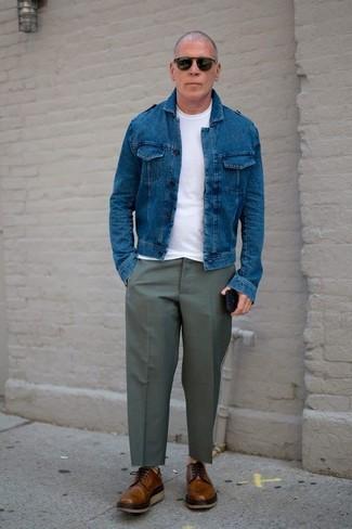 Combinar un pantalón de vestir verde oliva: Considera ponerse una chaqueta vaquera azul y un pantalón de vestir verde oliva para una apariencia clásica y elegante. Este atuendo se complementa perfectamente con zapatos derby de cuero marrónes.