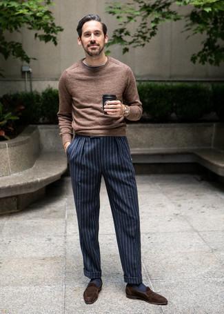 Combinar un jersey con cuello circular marrón: Emparejar un jersey con cuello circular marrón con un pantalón de vestir de rayas verticales en azul marino y blanco es una opción perfecta para un día en la oficina. Elige un par de mocasín de ante en marrón oscuro para mostrar tu inteligencia sartorial.