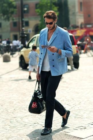 Cómo combinar: mocasín de cuero negro, pantalón de vestir negro, camiseta con cuello en v blanca, blazer cruzado azul