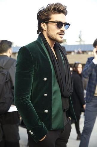 Cómo combinar: bufanda negra, pantalón de vestir negro, camiseta con cuello en v negra, blazer de terciopelo verde oscuro
