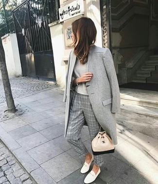 Combinar una camiseta de manga larga en beige: Utiliza una camiseta de manga larga en beige y un pantalón de vestir de tartán gris para conseguir una apariencia glamurosa y elegante. Tenis de cuero blancos darán un toque desenfadado al conjunto.
