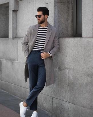 Cómo combinar: tenis de cuero blancos, pantalón de vestir a cuadros en gris oscuro, camiseta de manga larga de rayas horizontales en negro y blanco, abrigo largo de rayas verticales gris