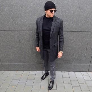 Cómo combinar: botines chelsea de cuero negros, pantalón de vestir de lana gris, camiseta de manga larga negra, abrigo largo en gris oscuro