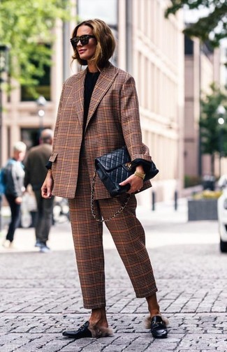 Cómo combinar: mocasín de cuero negros, pantalón de vestir de tartán marrón, camiseta de manga larga negra, blazer de tartán marrón