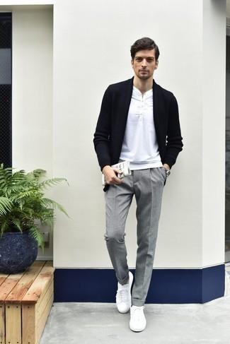 Combinar un pantalón de vestir gris: Elige un cárdigan abierto azul marino y un pantalón de vestir gris para después del trabajo. Si no quieres vestir totalmente formal, opta por un par de tenis de lona blancos.