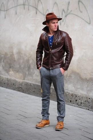 Cómo combinar: botas casual de cuero en tabaco, pantalón de vestir de lana gris, camiseta henley azul, chaqueta con cuello y botones de cuero en marrón oscuro