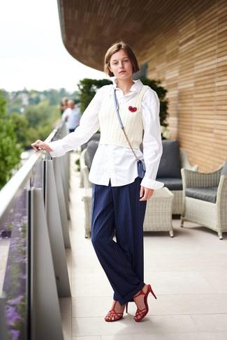 Cómo combinar: sandalias de tacón de cuero rojas, pantalón de vestir de rayas verticales azul marino, camiseta sin manga de punto blanca, camisa de vestir blanca