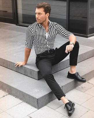 Cómo combinar: zapatos oxford de cuero negros, pantalón de vestir negro, camiseta sin mangas blanca, camisa de vestir de rayas verticales en blanco y negro