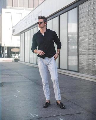 Cómo combinar: mocasín con borlas de cuero negro, pantalón de vestir de lino gris, camiseta sin mangas blanca, cárdigan negro