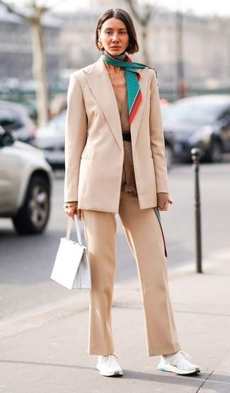 Cómo combinar: deportivas blancas, pantalón de vestir en beige, cárdigan abierto marrón, blazer en beige
