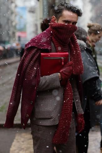 Combinar un bolso con cremallera de cuero burdeos: Empareja un blazer de lana de cuadro vichy marrón junto a un bolso con cremallera de cuero burdeos transmitirán una vibra libre y relajada.