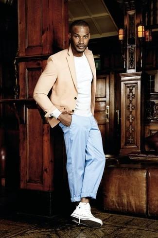 Cómo combinar: zapatillas altas de lona blancas, pantalón de vestir celeste, camiseta de manga larga blanca, blazer en beige